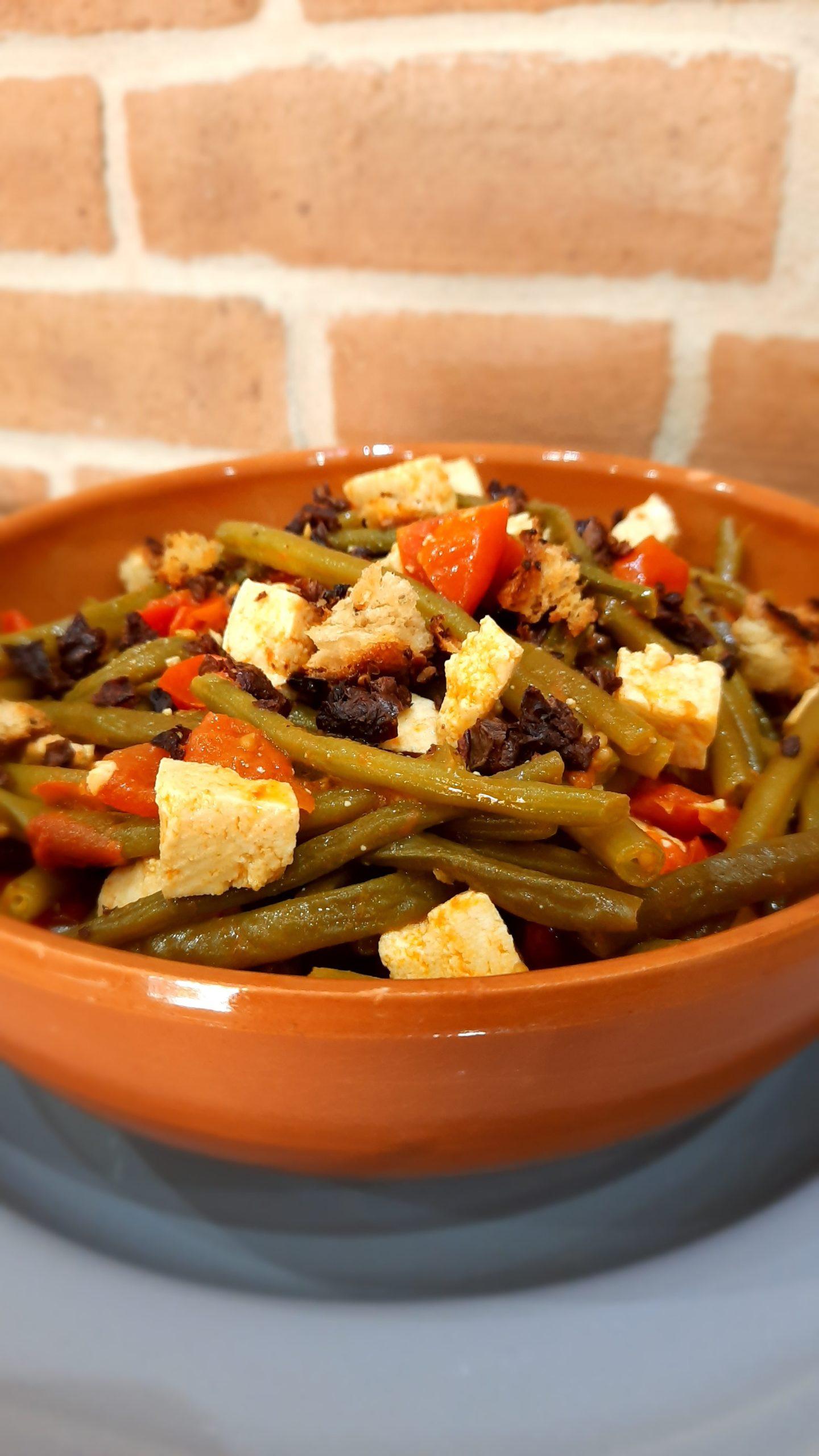 Zuppa di tofu e fagiolini con olive nere disidratate