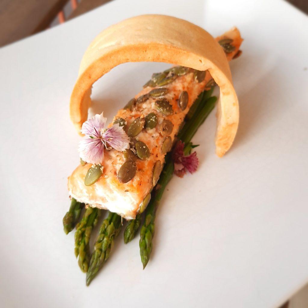 Filetto di salmone con semi di zucca ed asparagi, e frolla salata