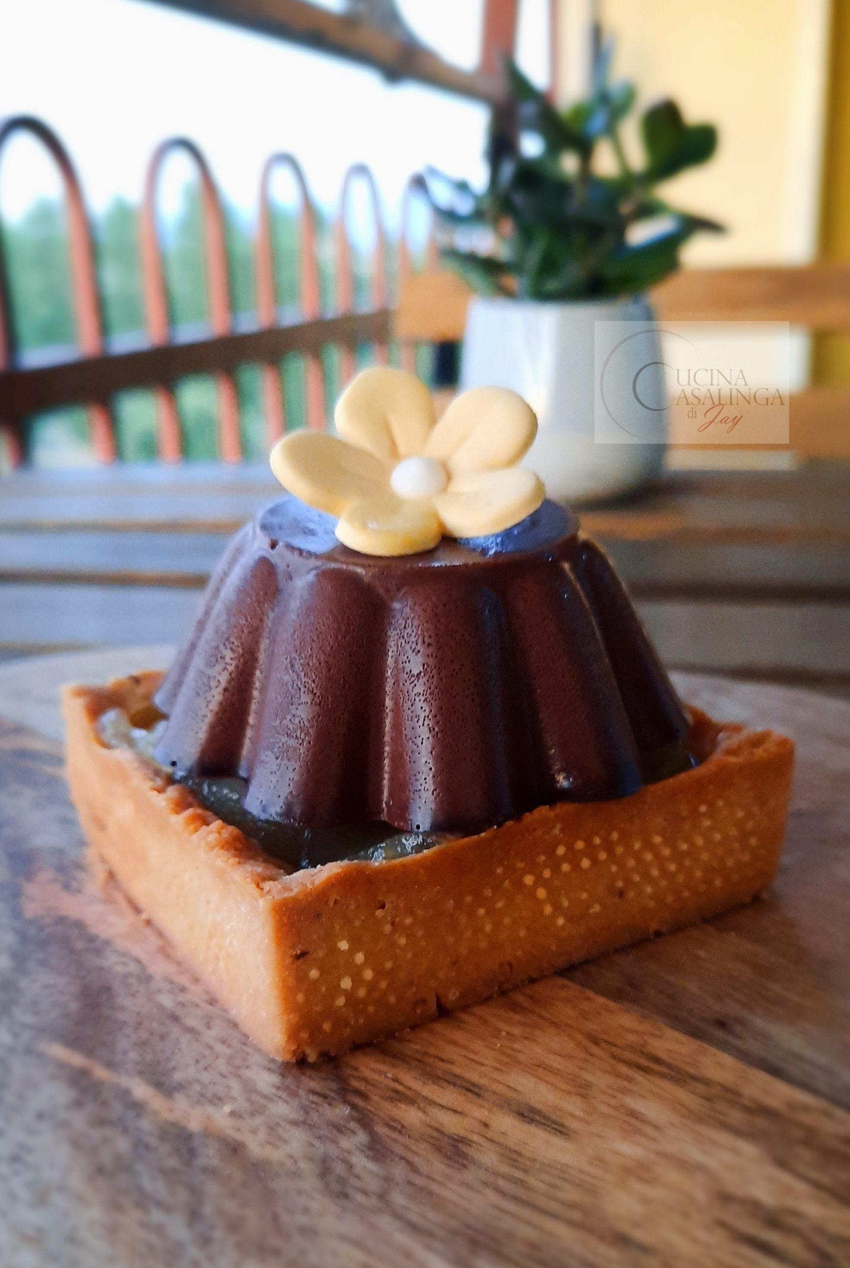 Panna cotta al cacao, con pere caramellate e frolla alle nocciole.