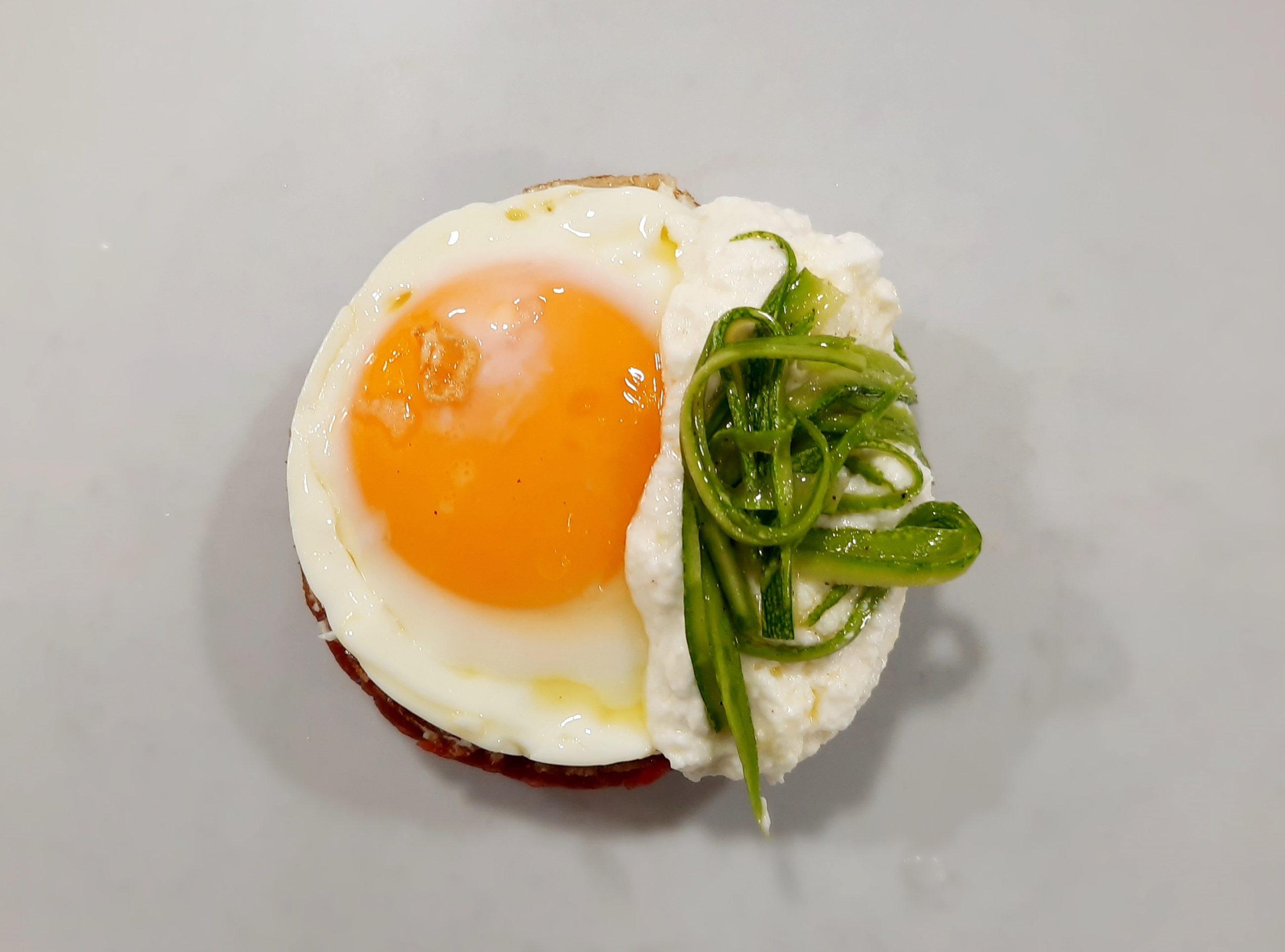 tartaredi manzo con uovo e stracciata di bufala
