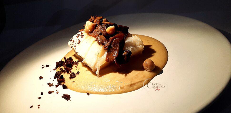 mussillo, ossia filetto di baccalà, accompagnato da purea di ceci e trito di funghi porcini