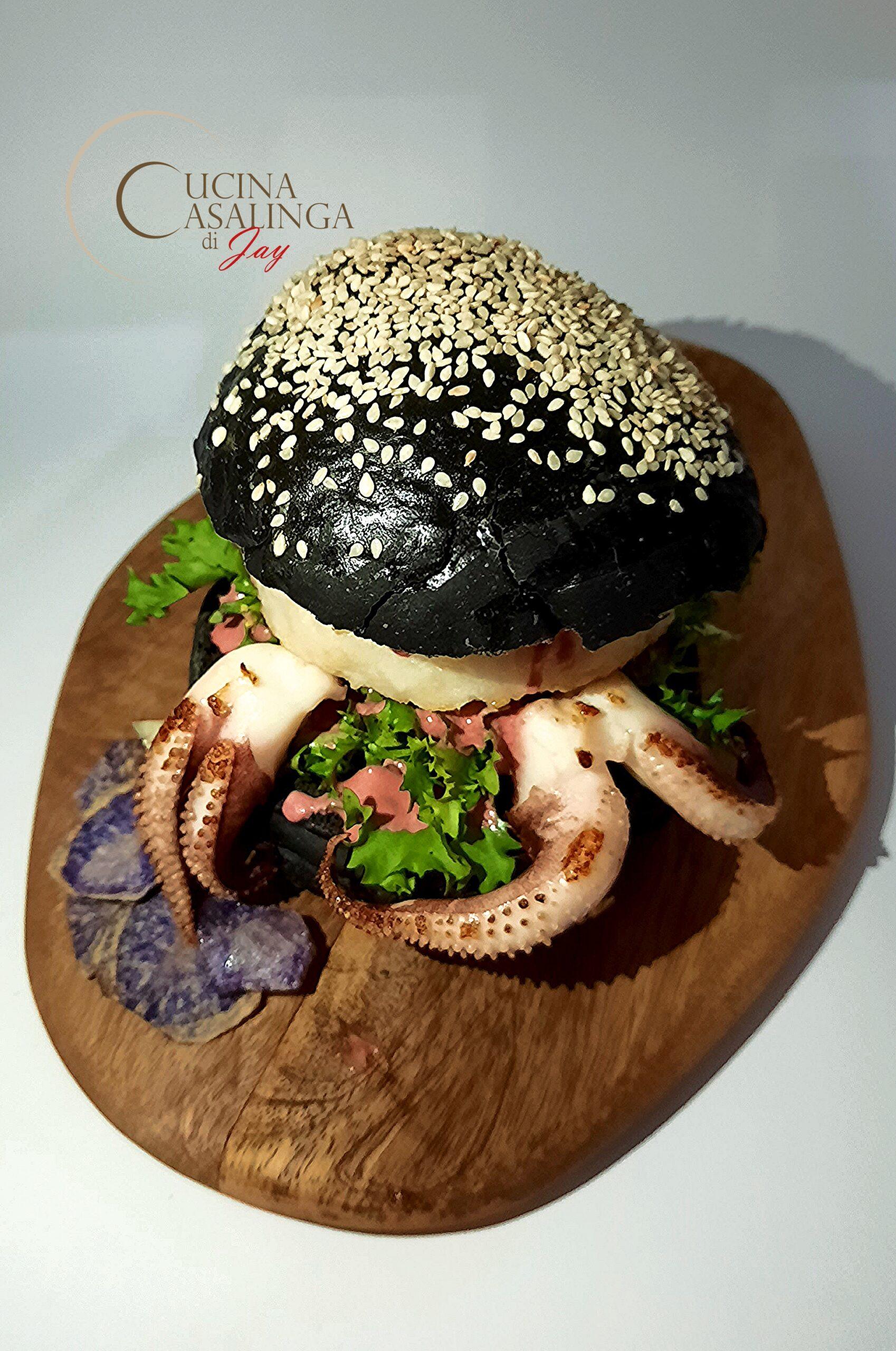 Panini al nero di seppia con fish-burger - Halloween