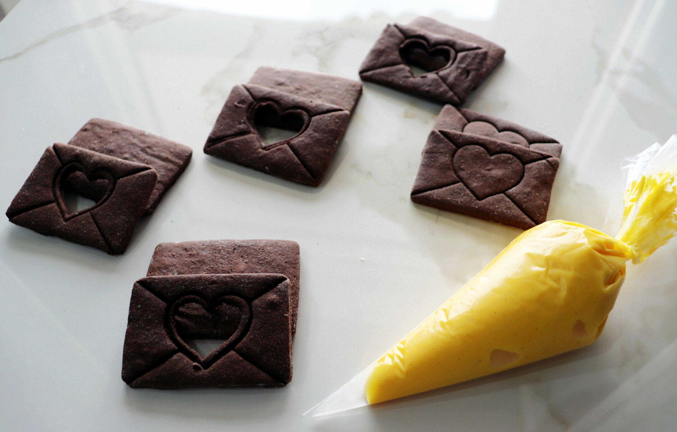 Biscotti al cacao con crema allo zafferano