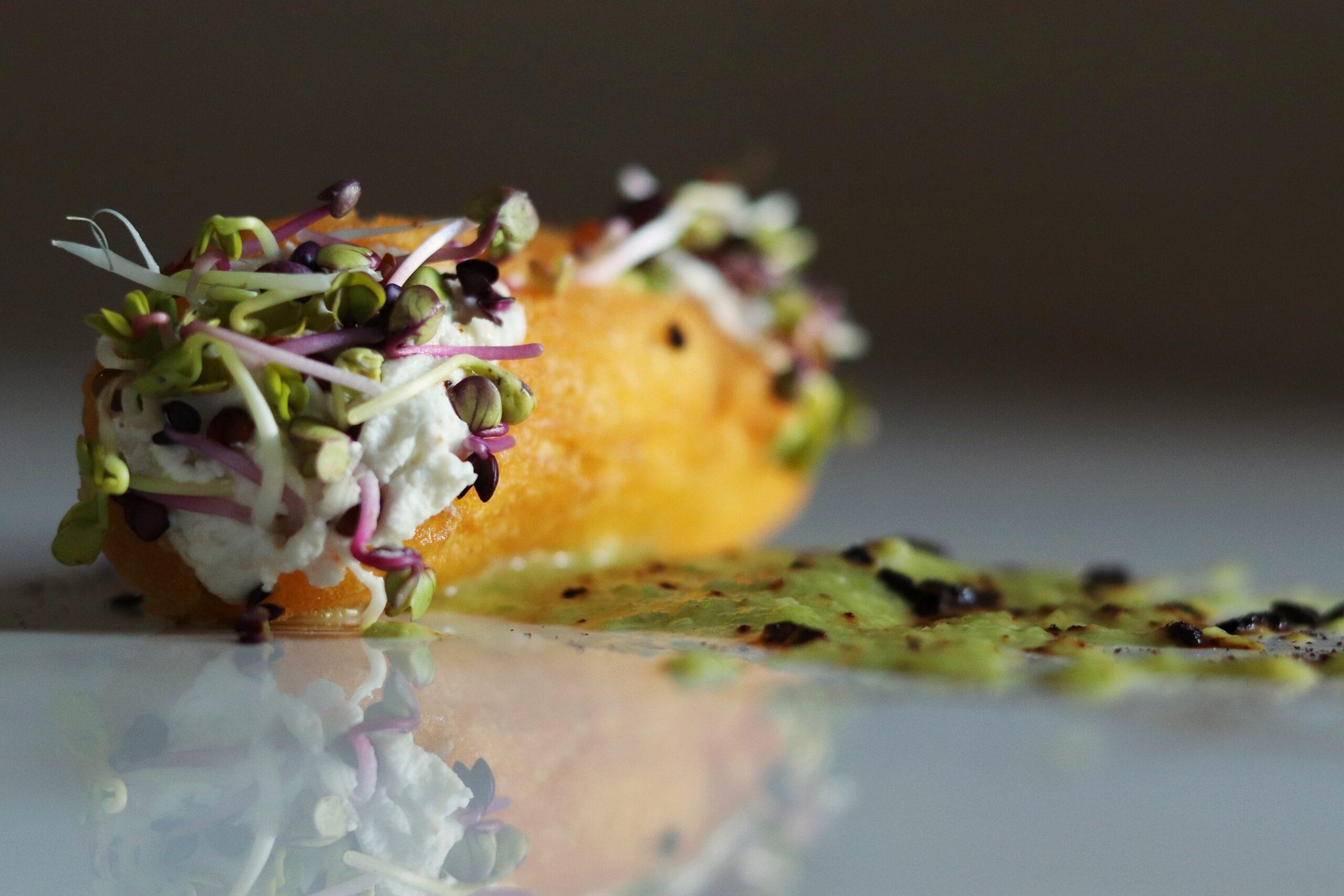 Cannoli di polenta con ricotta di bufala, salsa di lattuga e polvere di cipolla rossa