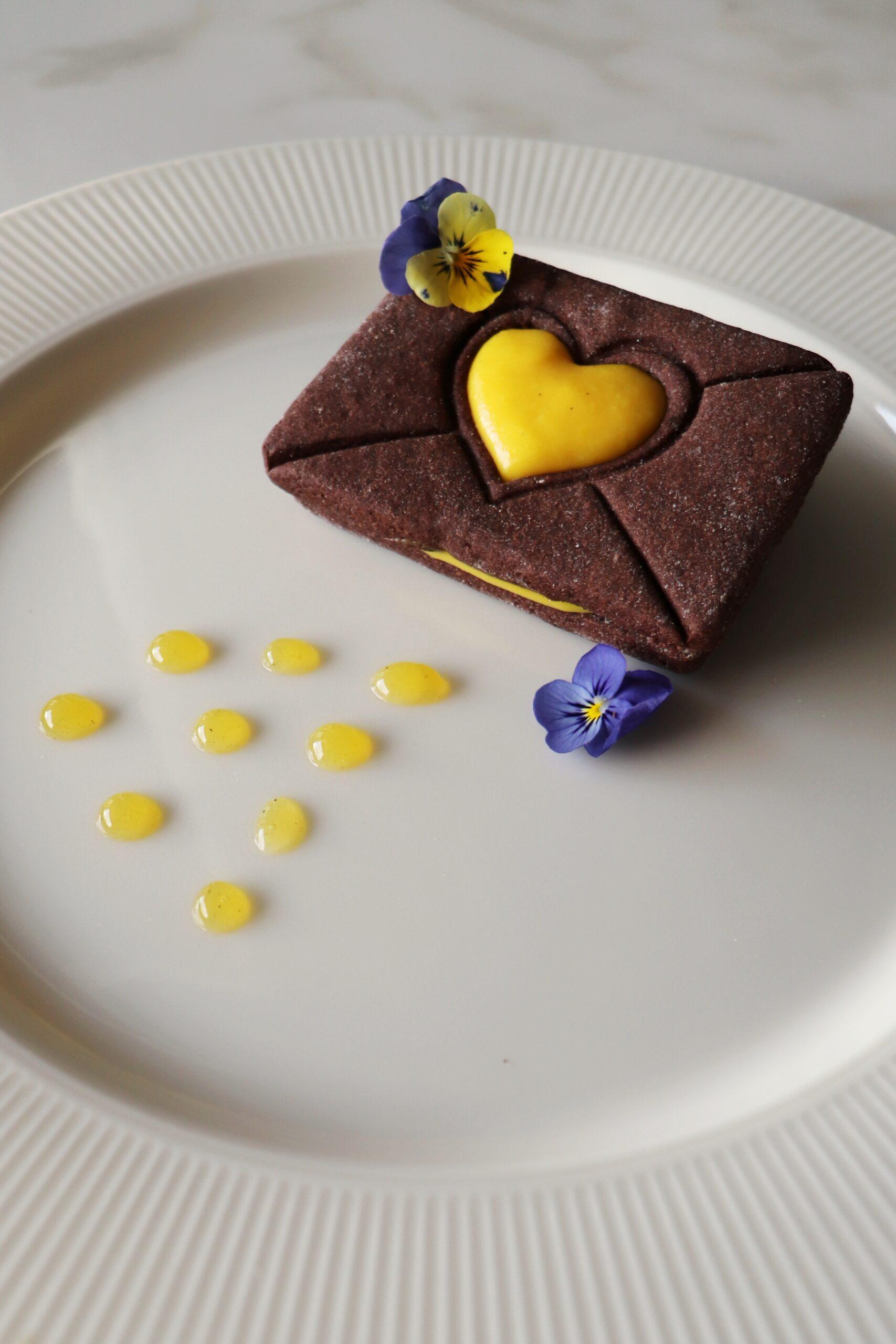 Menù di San Valentino - Biscotto al cacao con crema allo zafferano e riduzione di arancia
