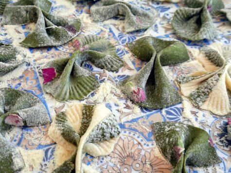 farfalle di pasta fresca senza uova con all'interno fiori edibili