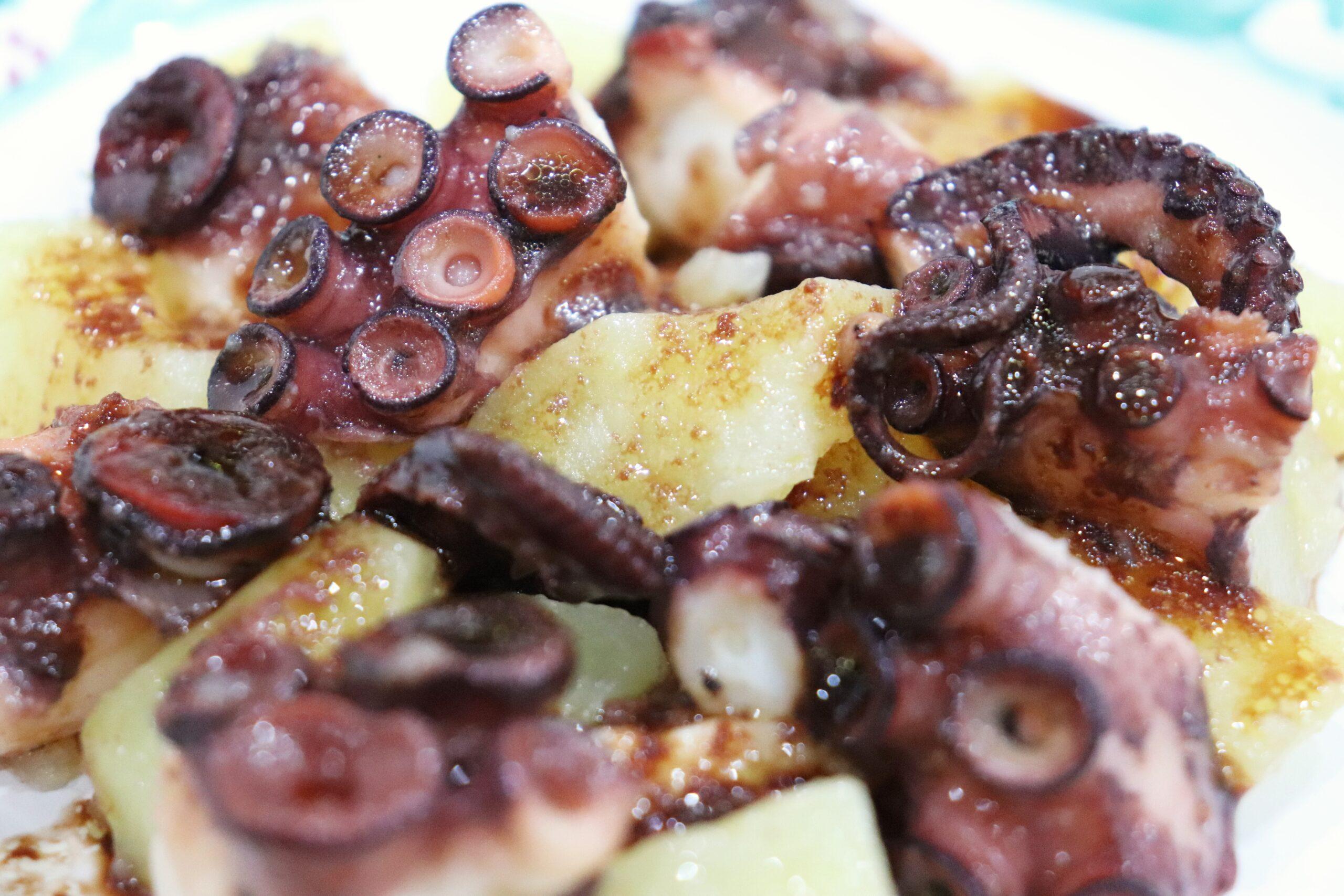 Polpo e patate con riduzione di acqua di cottura di polpo