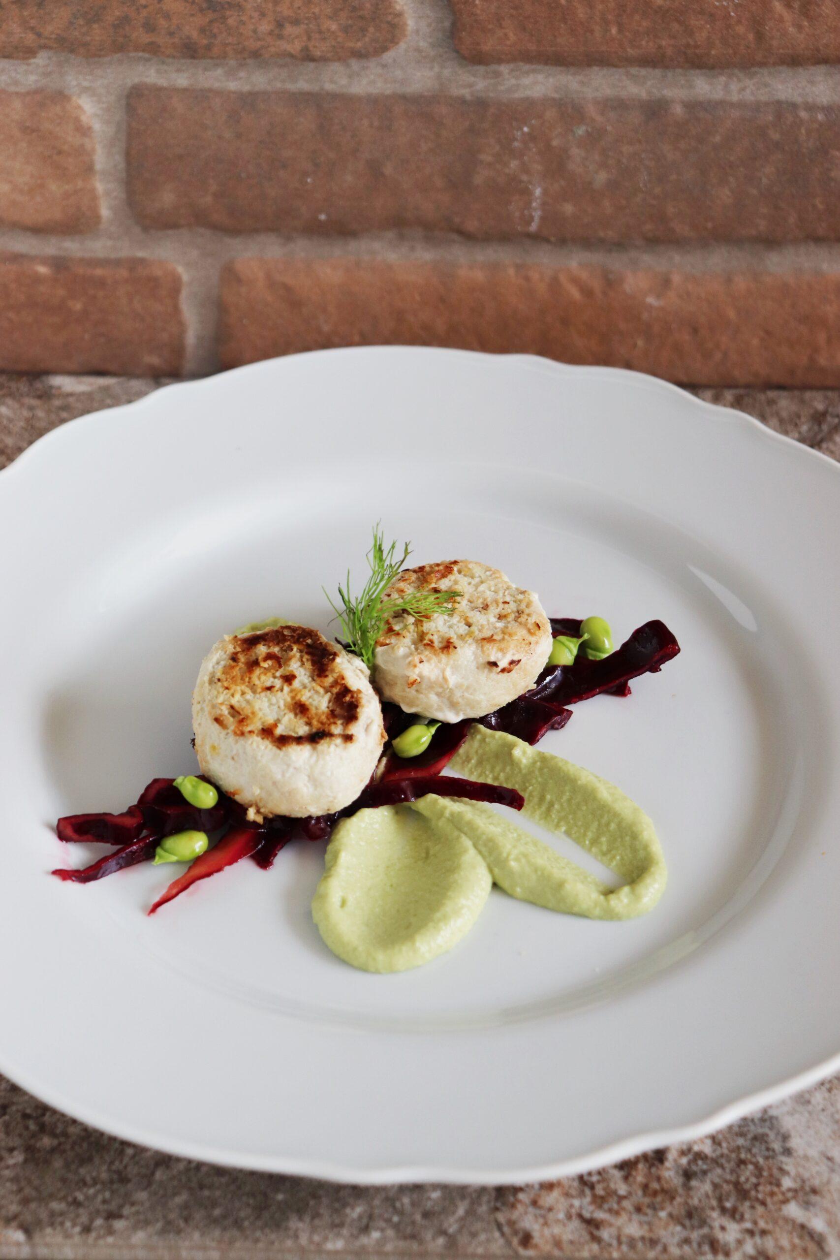 Polpette di pesce spada con insalata di cavolo viola e crema di fave